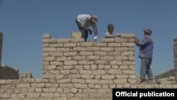 Ҷараёни сохтмони манзилҳои нав дар деҳаи Чорбоғи ноҳияи Хуросон