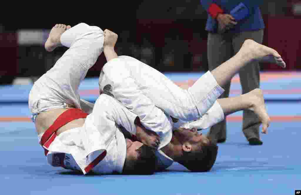 Руслан Исраилов, одолев всех соперников, стал чемпионом по джиу-джитсу в весовой категории до 77 килограммов. В финале он был сильнее кыргызстанца Нурсултана Алимкулова.