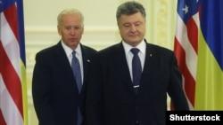 Президент України Петро Порошенко (праворуч) і віце-президент США Джозеф Байден (©Shutterstock)