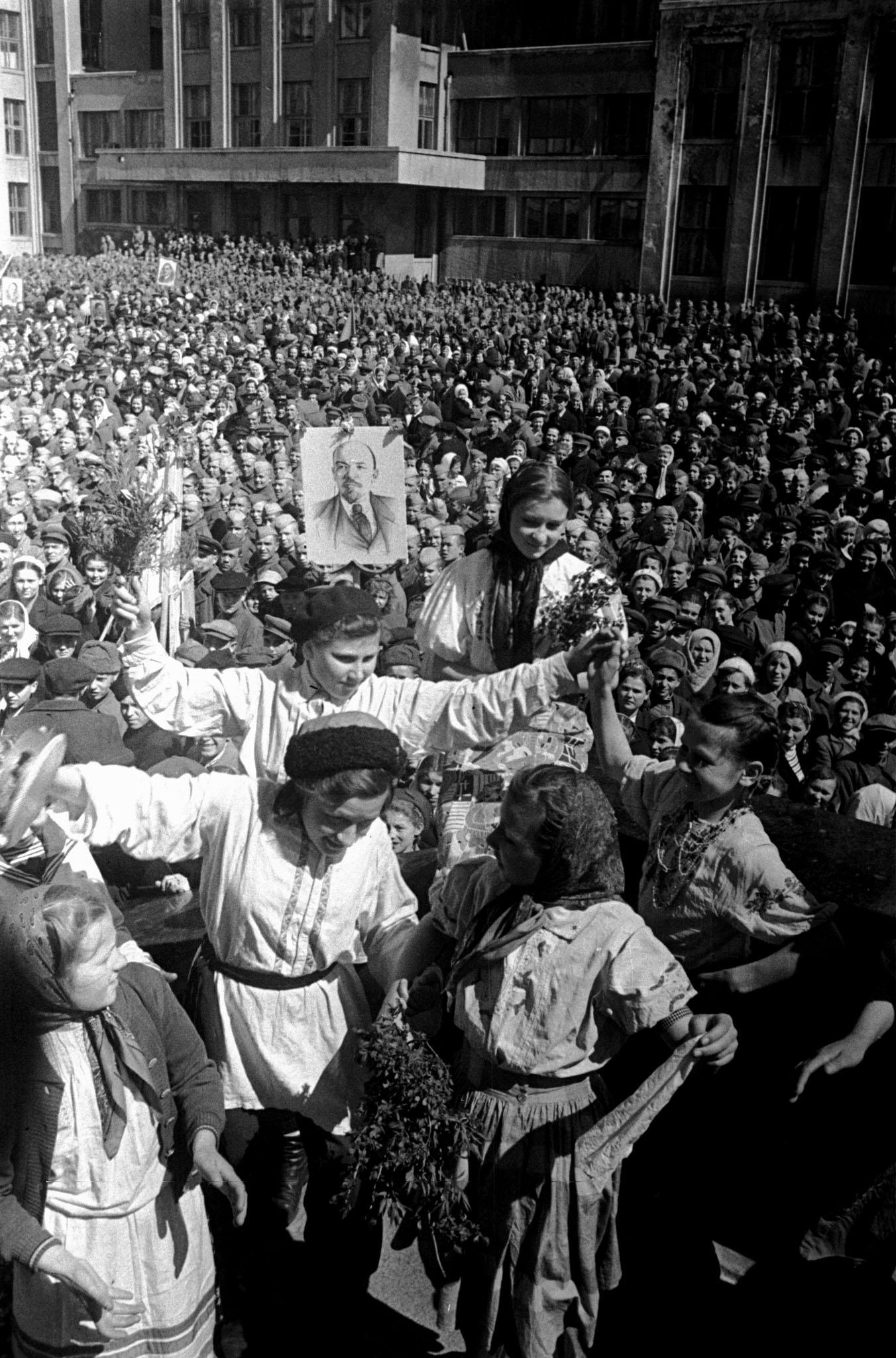 Калі ў Менску ўпершыню пасьля вызваленьня ад нацысцкай акупацыі адбыўся вайсковы парад?