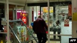 Разгромленный супермаркет в Инфилде на севере Лондона