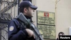 Турецкая полиция охраняет здание Генконсульства РФ в Стамбуле во время демонстрации 24 ноября 2015 года