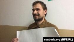 Аляксей Самайлюк у судзе з чыстым аркушам паперы, зь якім быў на акцыі