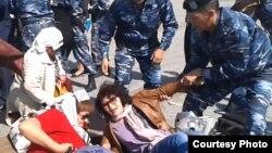 Аштық жариялаған борышкерлерді полиция алып бара жатыр. Астана, 27 мамыр 2013 жыл. (Көрнекі сурет)