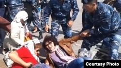 Полицейские задерживают участниц акции голодовки в Астане. 27 мая 2013 года. Иллюстративное фото.