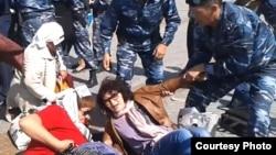 """Полиция производит задержание участников акции протеста """"ипотечников"""". Астана, 27 мая 2013 года."""