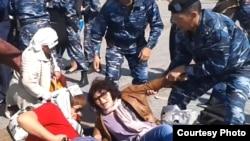 Аштық жариялаған борышкерлерді полиция алып бара жатыр. Астана, 27 мамыр 2013 жыл. Көрнекі сурет