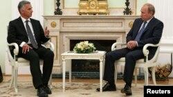 Швајцарскиот претседател Дидие Бурхалтер и рускиот претседател Владимир Путин на денешната средба во Москва.