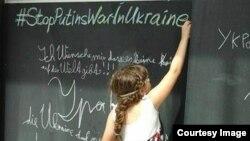 Дівчинка у Швейцарії пише антивоєнне гасло