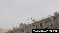 Мавҷгирҳои моҳвораӣ болои боми яке аз биноҳои истиқоматӣ дар Душанбе
