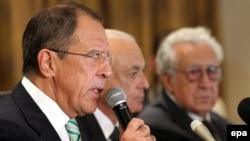 وزير الخارجية الروسي سيرغي لافروف (يسار) يتحدث في مؤتمر صحفي بالقاهرة