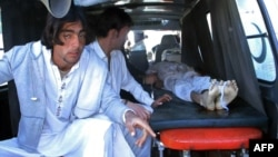Родственники погибшего при взрыве на рынке в Парачинаре транспортируют его тело. 13 декабря 2015 года.