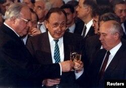 ჰემლუტ კოლი (მარცხნივ), მიხეილ გორბაჩოვი (მარჯვნივ), ჰანს-დიტრიხ გენშერი (ცენტრში). 1990 წლის ნოემბერი