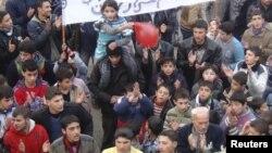 Акция протеста против режима президента Сирии Башара аль-Ассада. Саракиб, 5 января 2012 года.