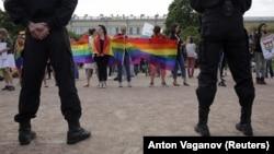 Акция ЛГБТ-активистов в Петербурге, 12 августа 2017 года (ахивное фото)