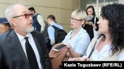 Журналист Вадим Борейко (сол жақта) Ratel.kz интернет-порталына қарсы прокурордың азаматтық талабы бойынша өткен алдын-ала сот тыңдауы туралы журналистерге сұхбат беріп тұр. Алматы, 5 сәуір 2018 жыл