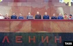 Борис Ельцин в компании соратников отмечает День Москвы. 1987 год