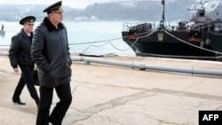 Командующий Черноморским флотом России Александр Витко осматривает суда Украинского флота, пришвартованные в бухте Севастополя. 20 марта 2014 года.