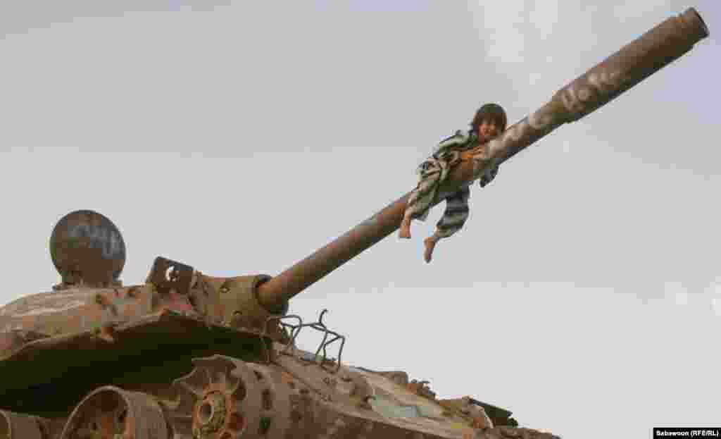 31 мая - Международный день детей. Афганский мальчик на дуле танка. (RFE/Сабавун)