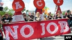 Молоді люди тримають гасло «Немає роботи» під час демонстрації проти молодіжного безробіття в Європі, Берлін, 2013 рік