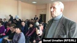 «Тұтынушылар құқығын қорғау» қоғамдық бірлестігінің төрағасы Владимир Ефремов (оң жақта) жиынға қатысушыларды қоғамдық тыңдауға бойкот жариялауға шақырды. Орал, 23 қазан 2015 жыл.