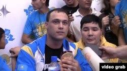 Ауыр атлет Илья Ильин Алматы әуежайында. 6 тамыз 2012 жыл