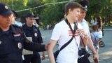 Кандидат в депутаты Введенской сельской думы Алексей Шварц во время пикета против пропаганды в федеральных СМИ