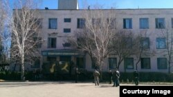 Авіабаза у Новофедорівці, Крим, 22 березня 2014 року (фото з Facebook)