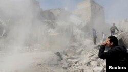 Սիրիա - Օդուժի կողմից Հալեպի արվարձաններից մեկի ռմբակոծությունից հետո մարդիկ փլատակներում փնտրում են զոհվածների դիերը, 30-ը մարտի, 2013թ.