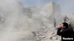 Սիրիա -- Մարդիկ փորձում են ռմբակոծության հետեւանքով փլված շինություններից դուրս բերել իրենց հարազատներին, Հալեպ, 30–ը մարտի, 2013թ.