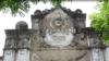 Мужской барельеф на здании, как считают священнослужители местного храма, был ни кем иным, как сатаной в архитектурном обличье