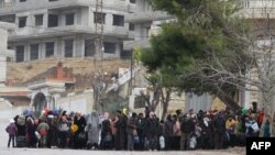 Гуманитарлық жүк келуін күтіп отырған Мадая тұрғындары. Сирия, 2016 жылдың қаңтары.