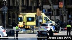 Поліція і медики на місці нападу в Барселоні, Іспанія, 17 серпня 2017 року