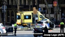 Карета «скорой помощи» и полиция на бульваре Рамбла, Барселона, 17 августа 2017 год