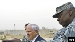 Lieutenant General Lloyd Austin (right) with visiting U.S. Secretary of Defense Robert Gates in Iraq (file photo)