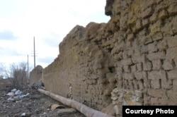 Остатки стены лагеря Степлага на окраине города Жезказгана. Март 2016 года. Фото предоставил Штепан Черноушек.
