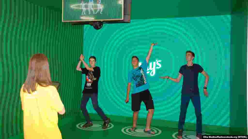 Те, кто не хочет играть в футбол, может попасть в виртуальную реальность. Например, попробовать себя в роли gif-героев