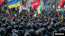 Учасники Євромайдану і міліції біля будівлі парламенту