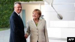 Ангела Меркель приветствует в Берлине премьер-министра Косова Хашима Тачи