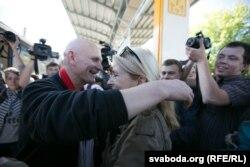 Олеся Беляцького зустрічають на волі, Мінськ, червень 2014 року