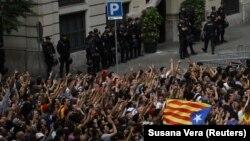 Протестувальники пікетують представництво Національної поліції Іспанії в Барселоні 3 жовтня