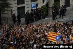Протестувальники пікетують представництво Національної поліції Іспанії в Барселоні, 3 жовтня року