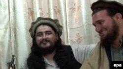 Ехсанулла Ехсан (п), поруч із лідером пакистанських талібів Хакімуллою Мехсудом (п), архівний відеокадр із одного з попередніх звернень