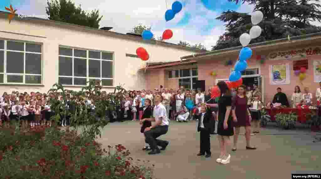 У 2016 році свято «першого дзвоника» для учнів сімферопольської школи №39 пройшов під гімни Росії та Автономної Республіки Крим. На лінійці роздавали стрічки кольору російського прапора і запускали в небо кульки з триколором