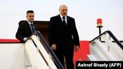 Аляксандар Лукашэнка выходзіць з самалёта ў суданскай сталіцы Хартум, 2017 год