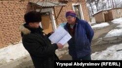 Директор Жусуп Ажибаев жана пансиондо жашаган Павел Жданов