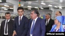 Бахром Махмаджонов рассказывает Эмомали Рахмону о новом предприятии. Худжанд, октябрь 2015 года