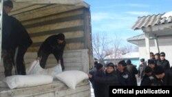 Раздача гуманитарной помощи в эксклаве Барак. Кыргызстан, 7 марта 2013 года.