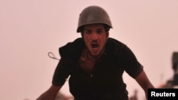 یکی از شورشیان لیبی در جریان درگیریهای نظامی در نزدیکی شهر بریقه.
