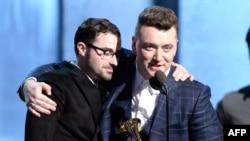 سام اسميت و جيمی نيپس تکنيسين صدا هنگام دريافت جايزه بهترين ترانه سال: با من بمان